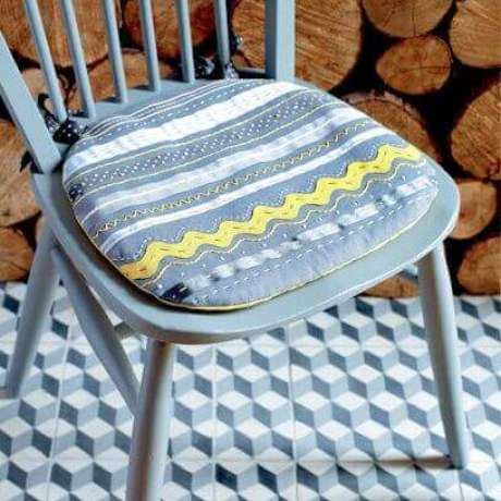 24. Use a manta acrílica ou a espuma para encher a almofada para cadeira – Por: Pinterest