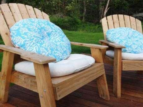 26. Almofada para cadeira de madeira no assento e no encosto – Por: Pinterest