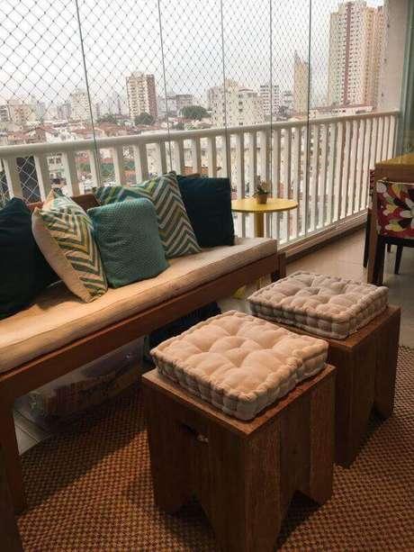 3. Banco de sacada com almofada para cadeira confortável – Por: Leticia Merizio