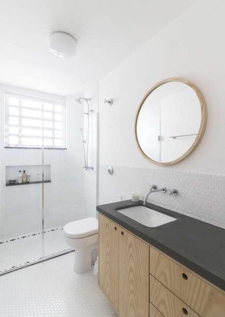 60. Banheiro clena conta com moldura amadeirada segundo o estilo das portas da bancada da pia. Projeto por INÁ Arquitetura