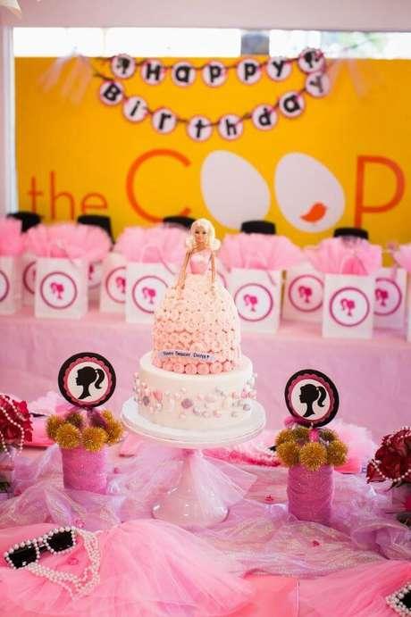 21. Bolo de festa da barbie com detalhes fashion no ambiente – Por: Pinterest