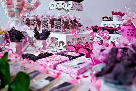 23. Bolo de festa da barbie preto e rosa – Por: Pinterest