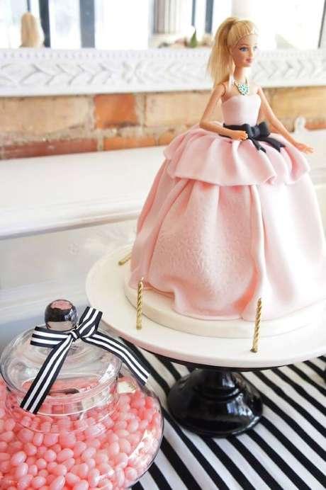 24. Bolo com a boneca barbie para decorar a festa da barbie simples e barata – Por: Karas Party Ideas