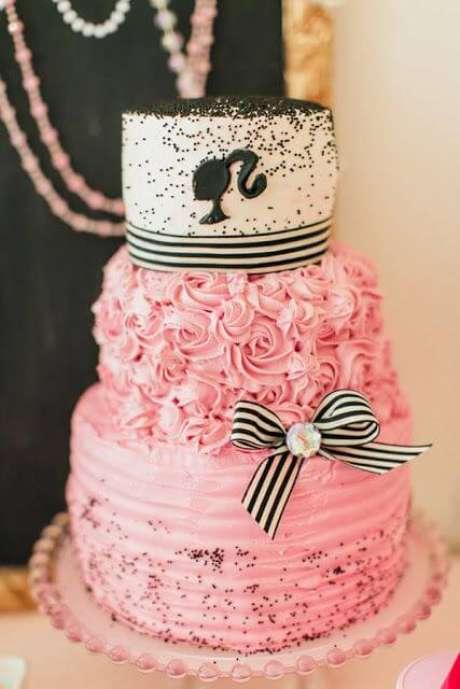 36. Bolo de festa da barbie personalizado com rosa e preto – Por: Pinterest