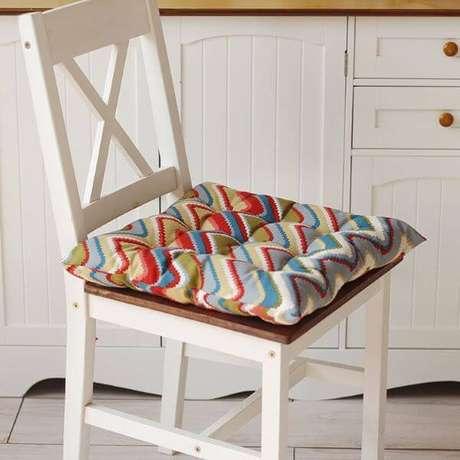 34. Cadeira branca fica linda com a almofada para cadeira estampada – Por: Pinterest