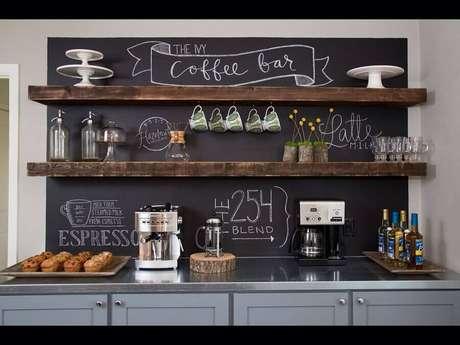 7. A parede de tinta lousa garante um charme todo especial para a decoração cantinho do café – Foto: Tools & Tweens