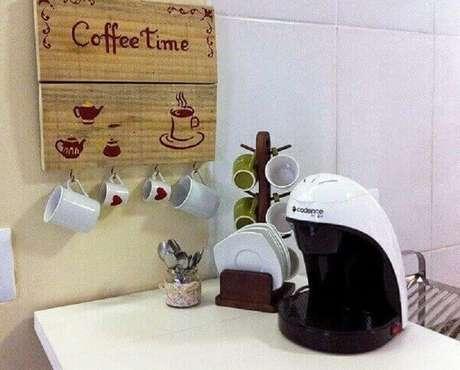11. Cantinho do café simples decorado com xícaras brancas penduradas – Foto: Pinterest