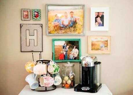 13. Cantinho do café simples decorado com fotos – Foto: Pinterest