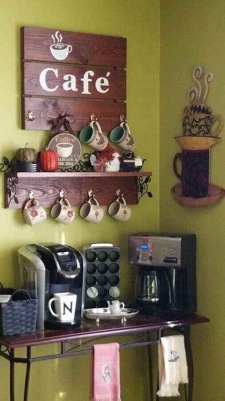 14. Decoração simples para cantinho do café com prateleira de madeira e móvel antigo – Foto: Pinterest