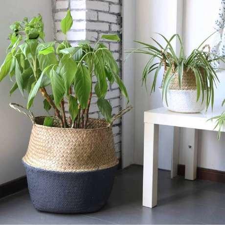 38. Utilize cestos como suporte para vasos de plantas