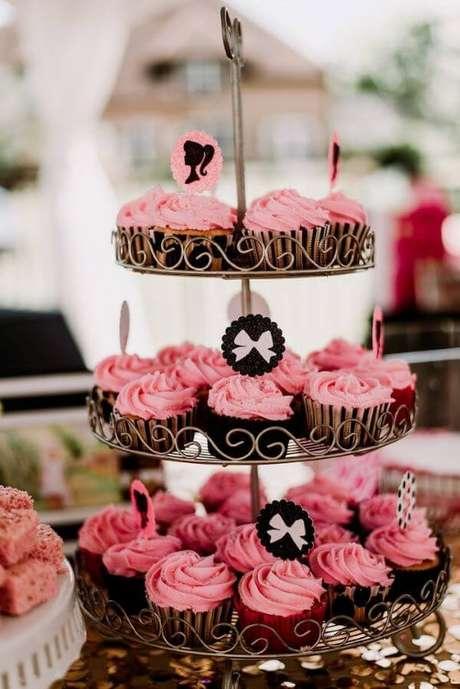 29. Mesa recheada com cupcakes personalizados para a festa da barbie – Por: Karas Party Ideas