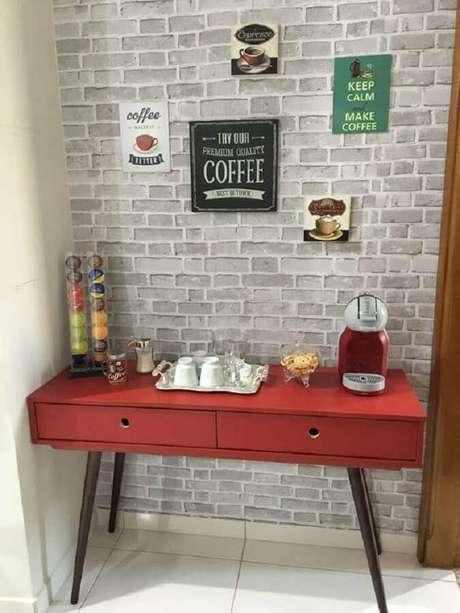 5. Decoração com aparador para café vermelho e papel de parede de tijolinho para cantinho do café simples – Foto: Ideias Decor