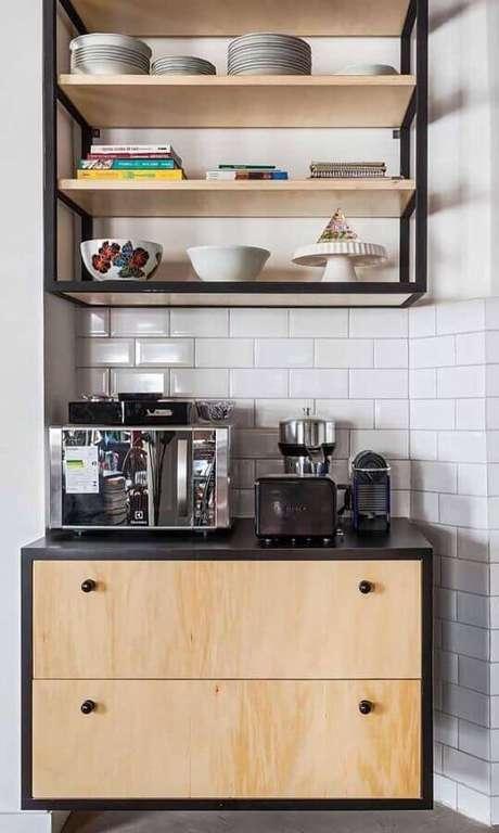 17. Cantinho do café na cozinha decorada com armário suspenso e prateleiras de madeira – Foto: Pinterest