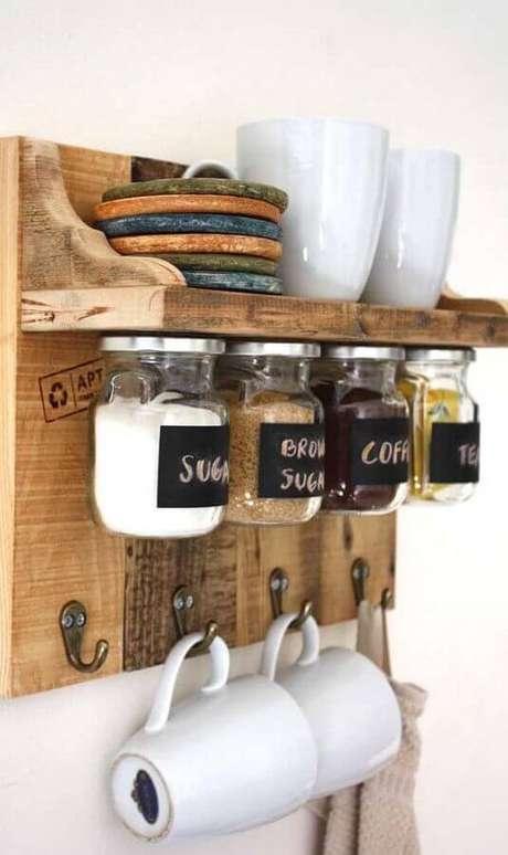 18. Invista em prateleiras com ganchos para decorar o seu cantinho do café simples – Foto: Pinterest