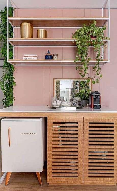 20. Decoração cantinho do café moderno com prateleiras suspensas e parede com revestimento cor de rosa – Foto: Pinterest