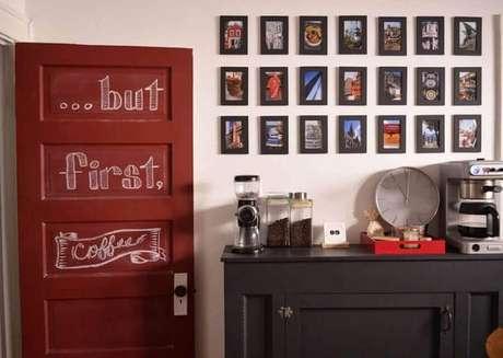 21. Decoração cantinho do café simples com vários quadrinhos pequenos – Foto: LaDoiPasi