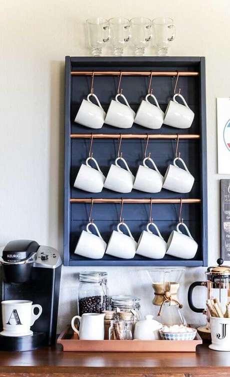 3. Deixe algumas xícaras amostra para decorar o seu cantinho do café – Foto: Pinterest