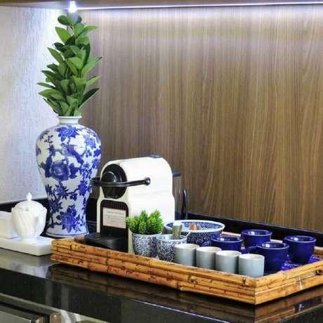 15. Invista em itens decorativos para elaborar o seu cantinho do café na sala – Foto: Studio Social