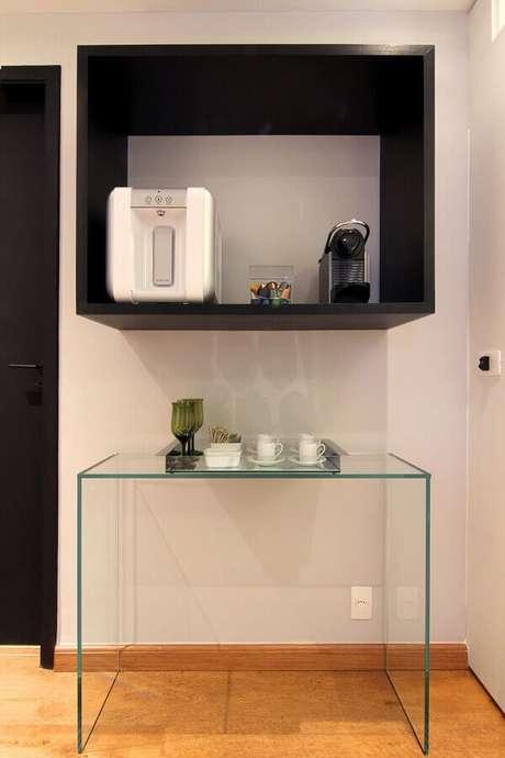 6. Para uma decoração moderna invista em um aparador minimalista para o cantinho do café na sala – Foto: Pinosy