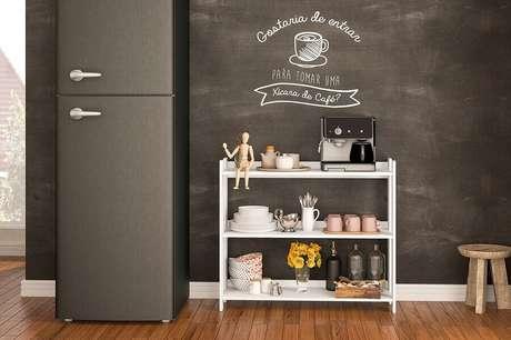 24. Decoração cantinho do café na cozinha moderna com geladeira preta e parede com tinta de lousa – Foto: Politorno
