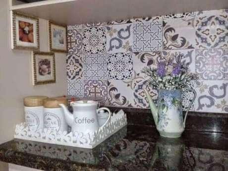 26. Decoração cantinho do café na cozinha com azulejo colorido – Foto: Construindo Minha Casa Clean