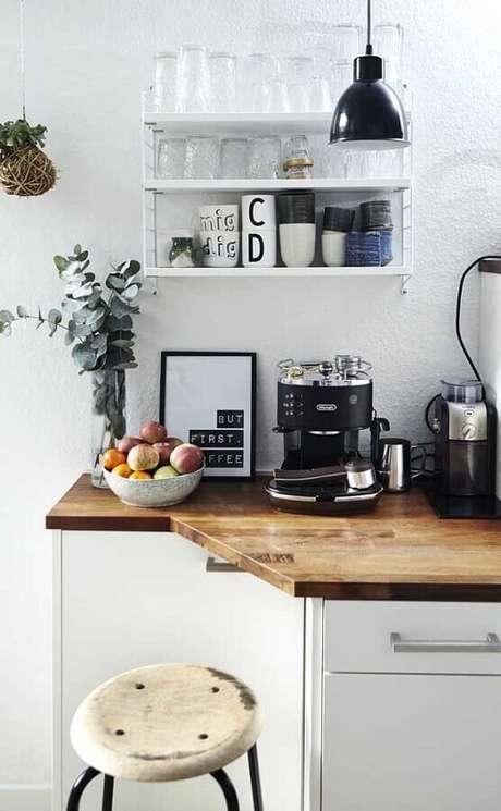 27. Decoração para cantinho do café na cozinha com bandada de madeira – Foto: Webcomunica