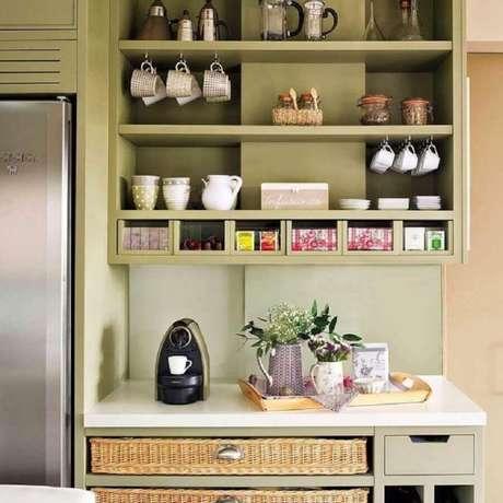 28. Decoração cantinho do café na cozinha com móveis planejados na cor verde – Foto: EL Mueble