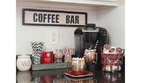 29. Cantinho do café simples na cozinha com bancada preta – Foto: Construção e Design