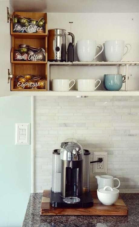 30. Decoração cantinho do café na cozinha com nichos de madeira – Foto: Pinosy