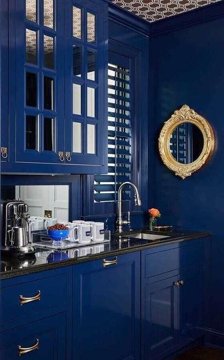 31. Cantinho do café na cozinha decorada com armários azuis – Foto: Pinosy