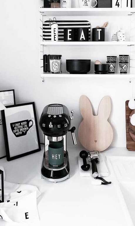 32. Decoração clean para cantinho do café na cozinha toda branca – Foto: Wood Save