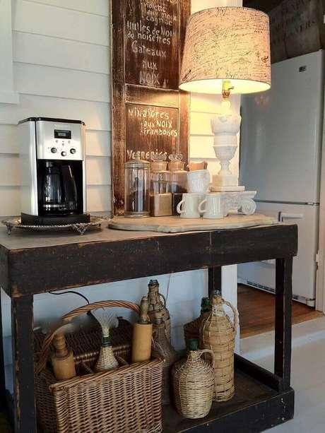 33. Modelo rústico de aparador para café decorado com abajur branco – Foto: Redbook