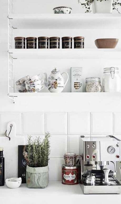 38. Decoração clean para cantinho do café todo branco com prateleiras decoradas – Foto: We Heart It