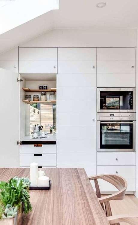 39. Decoração cantinho do café na cozinha planejada com armários brancos – Foto: Ideias Decor