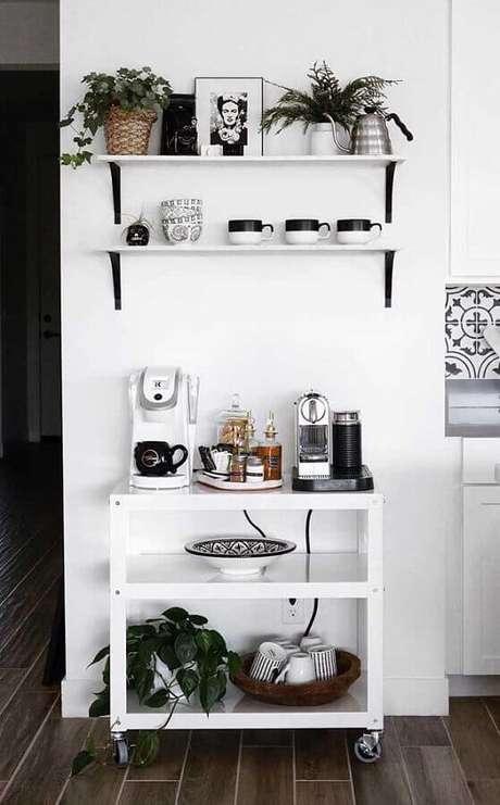 40. Decoração simples com aparador para café em cantinho todo branco – Foto: Webcomunica