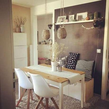 38. A decoração para mesa de jantar fica ainda mais linda com almofada para cadeira – Por: Revista VD
