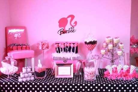 37. Decoração de festa da barbie preto e rosa – Por: Pinterest