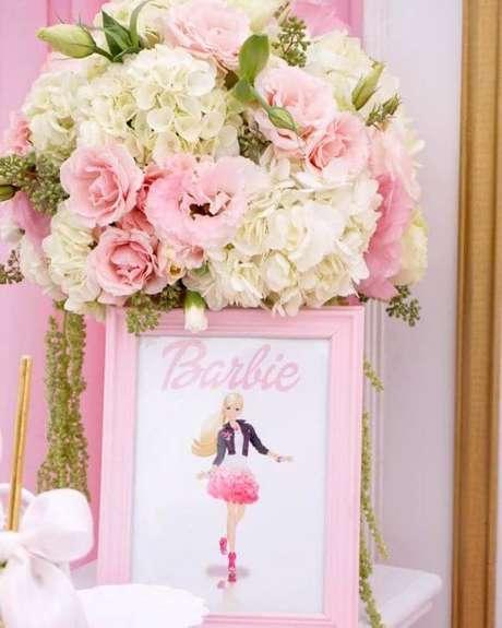 38. Decoração de festa da barbie com flores e quadros decorativos – Por: Akras