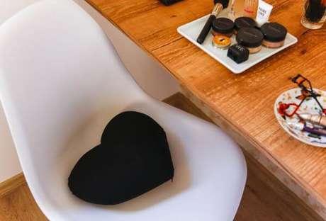 39. Decoração de almofada para cadeira em formato de coração – Por: Buji