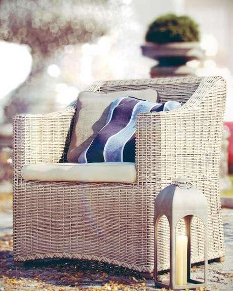 40. A decoração de almofada para cadeira de varanda listrada é linda – Por: Thi Lima