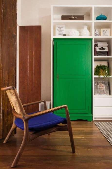 1. Decoração com almofada para cadeira de madeira na sala de estar – Por: Studio Minteriores