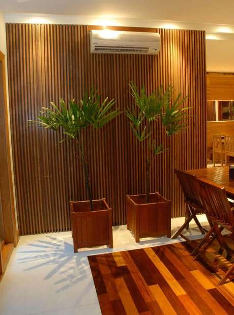 7. Utilize suportes de madeira como vasos de plantas para sala deixando o ambiente super charmoso.
