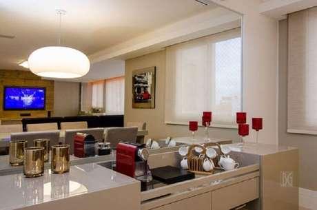 41. Decoração em tons neutros com parede espelhada para cantinho do café na sala – Foto: BG Arquitetura