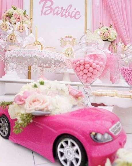 39. Decoração de festa da barbie com doces e carrinho rosa – Por: Pinterest