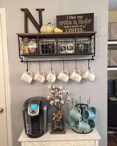 44. Cantinho do café simples decorado com xícaras penduras – Foto: CoachDecor