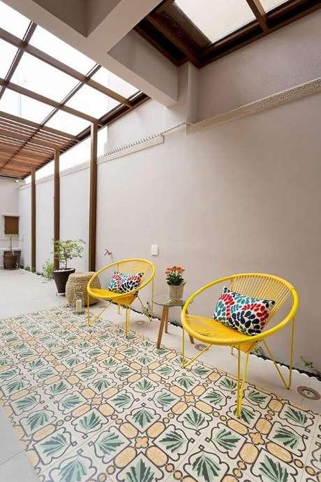 41. Decoração para casa com cadeira e almofada colorida – Por: Juliana Conforto