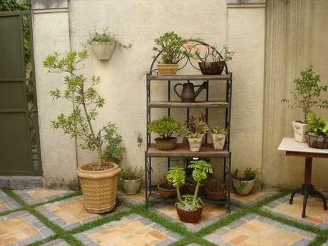 8. Existem diversos modelos de suporte para vasos de plantas