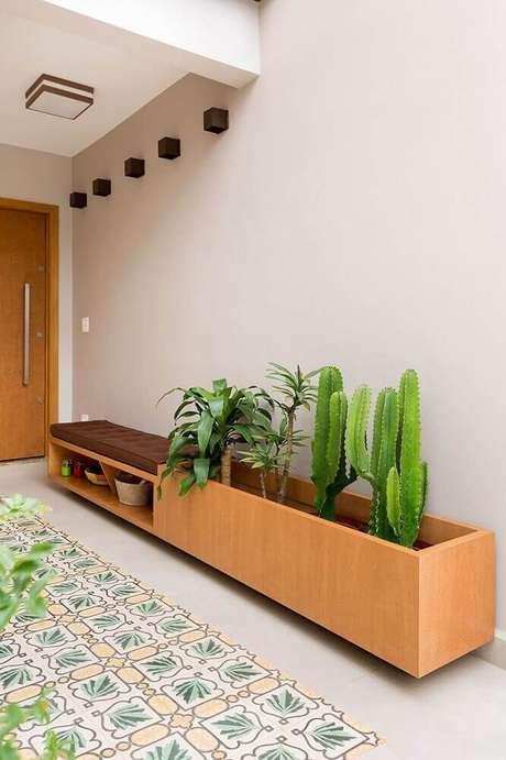 30. Decoração com vasos de plantas com cactos para entrada de casa.