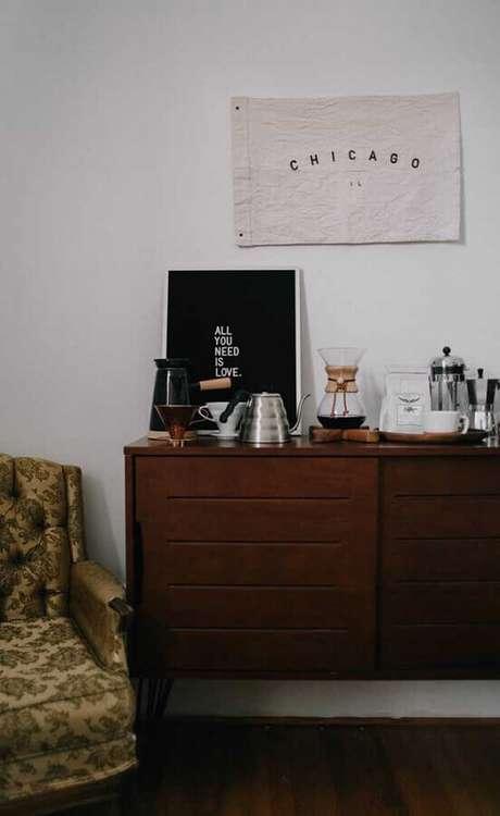 49. Cantinho do café na sala com decoração simples em buffet de madeira – Foto: Webcomunica