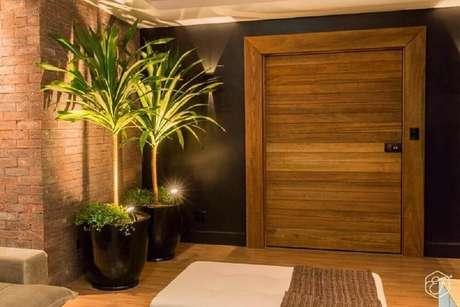 28. Decoração sofisticada com vasos pretos para plantas